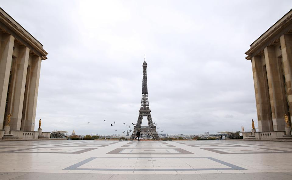 30 ottobre: primo giorno del nuovo lockdown in Francia, il secondo dopo quello primaverile per tentare di frenare l'impennata dei contagi da coronavirus. A Parigi non si vede quasi nessuno in giro. (Photo by Gao Jing/Xinhua via Getty)