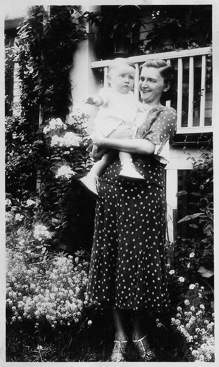 <p>Small prints, like polka dots, became fashionable for maternity wear, as it was seen as minimizing of a woman's bump.</p>