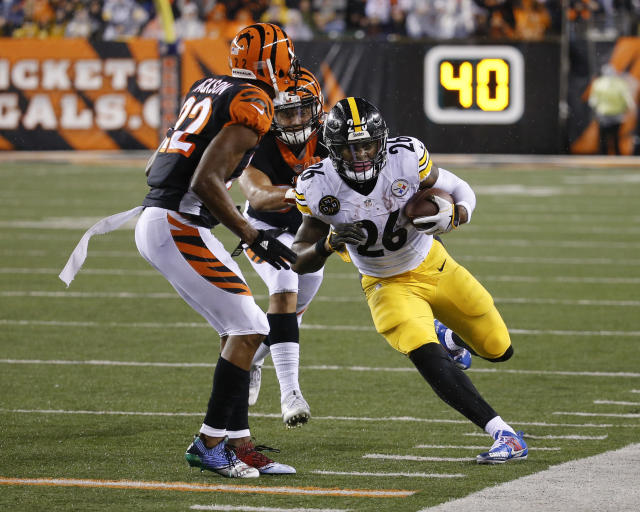 Pittsburgh Steelers running back Le'Veon Bell (26) saw the opening and ran with it, embarrassing Cincinnati Bengal William Jackson and linebacker Jordan Evans. (AP)