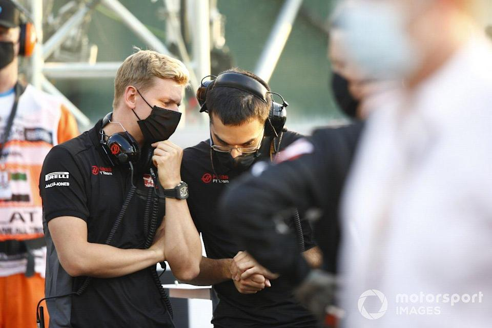 """Mick Schumacher, Haas F1, di grid<span class=""""copyright"""">Andy Hone / Motorsport Images</span>"""