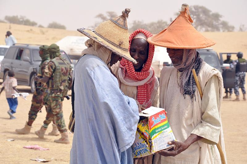 Elderly men fleeing Boko Haram attacks try to share food items distributed at Kabalewa Refugees Camp, in Diffa, Niger, on March 13, 2015 (AFP Photo/Olatunji Omirin)