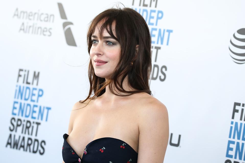 SANTA MONICA, LOS ANGELES, CA, USA - FEBRUARY 23: Actress Dakota Johnson wearing a Gucci top, pants, and shoes, a Sophie Buhai scrunchie and earrings, and Kate Young for Tura sunglasses arrives at the 2019 Film Independent Spirit Awards held at the Santa Monica Beach on February 23, 2019 in Santa Monica, Los Angeles, California, United States. (Photo by Xavier Collin/Image Press Agency/Sipa USA)