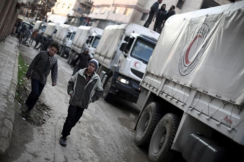 A Red Crescent convoy carrying humanitarian aid arrives in Kafr Batna, on the outskirts of Damascus, on February 23, 2016 (AFP Photo/Amer Almohibany)