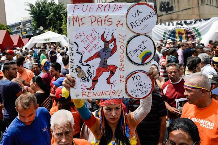 Venezuelan anti-government demonstrators, pictured here in Caracas on April 27, 2016, hope to hold a referendum on cutting short the presidential term of Nicolas Maduro (AFP Photo/Federico Parra)