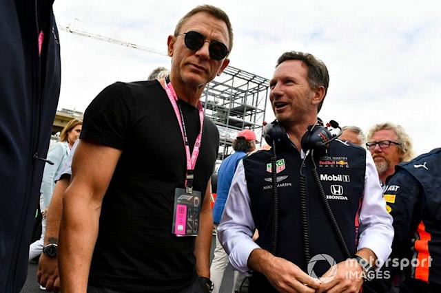 "Christian Horner, director de Red Bull Racing y Daniel Craig, actor en la parrilla <span class=""copyright"">Mark Sutton / Motorsport Images</span>"