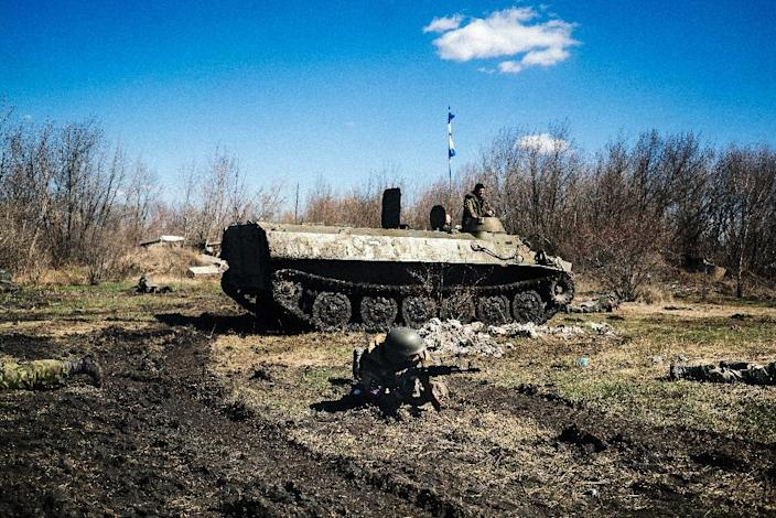 Armed pro-Russian rebels take part in a military drill near the eastern Ukrainian city of Donetsk on April 10, 2015 (AFP Photo/Dimitar Dilkoff)