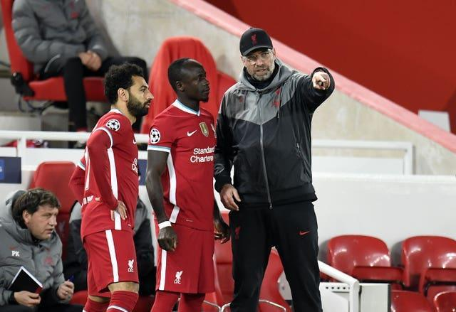 Liverpool manager Jurgen Klopp on the touchline with Sadio Mane and Mohamed Salah