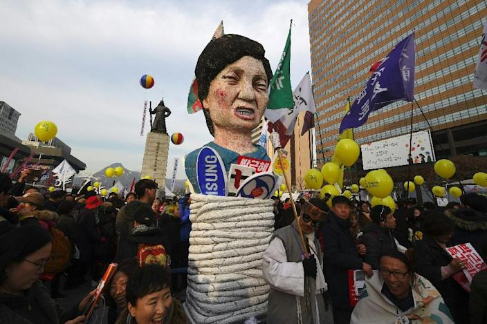 Protesters carry an effigy of South Korea's President Park Geun-Hye during a rally in Seoul, on December 3, 2016 (AFP Photo/Jung Yeon-Je)