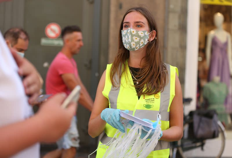 """Amsterdam begins an """"experiment"""" with mandatory face masks in the busiest streets of the city"""