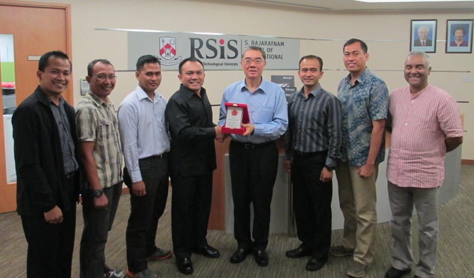 Lieutenant Colonel Heri Oktavian at RSIS (second from right). (PHOTO: Constantinus Rusmanto/RSIS alumnus/Facebook)