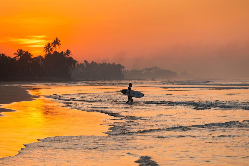 <p>Surfers know that dawn is the ideal time to catch the best waves. </p>