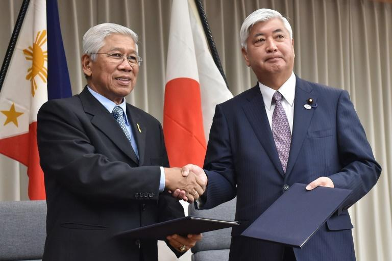 Japan's Defense Minister Gen Nakatani (R) and his Philippine counterpart Voltaire Gazmin, seen at the Defense Ministry in Tokyo in 2015