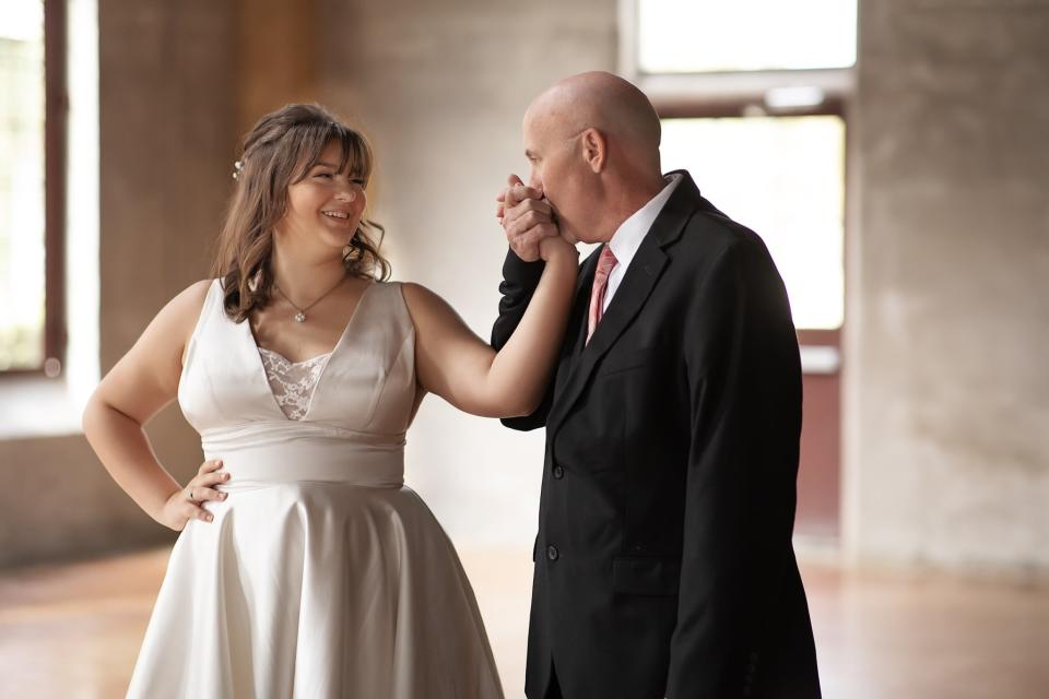 Ashlee Halbert, 16, and her terminally-ill dad Jason enacted a father-daughter wedding dance. (Photo: Chubby Cheek Photography)