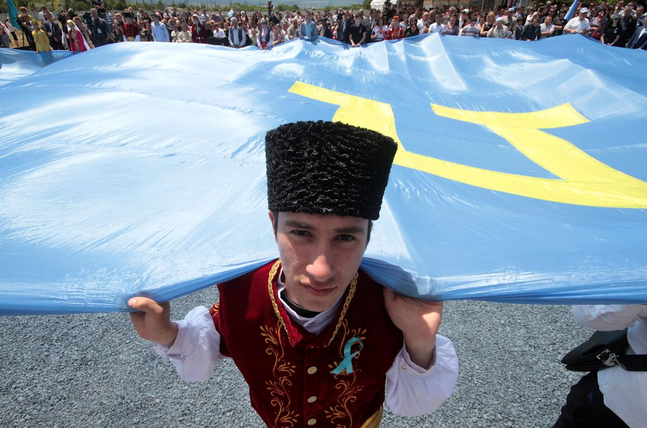 People gather to commemorate the anniversary of the deportation of Crimean Tatars from Crimea to Central Asia in 1944, in Bakhchysarai district of Crimea, May 18, 2016. REUTERS/Pavel Rebrov     TPX IMAGES OF THE DAY