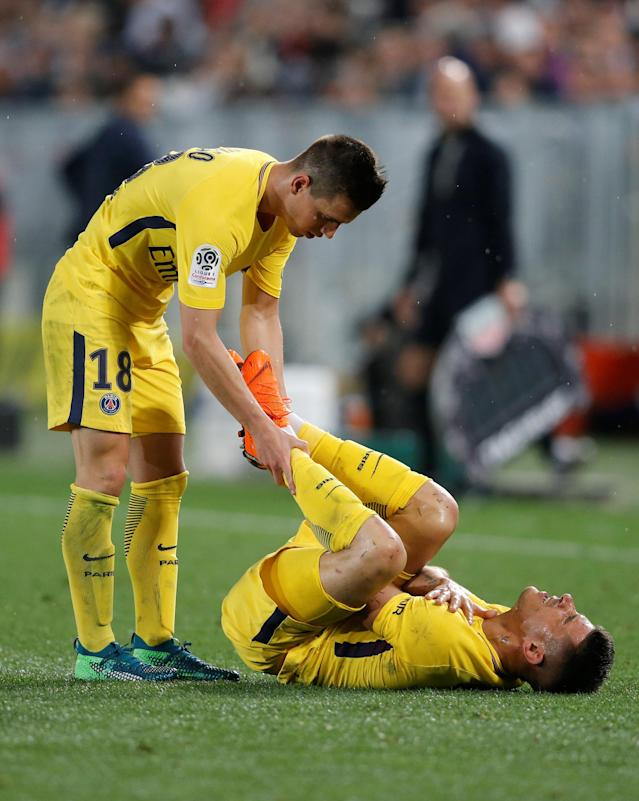 Soccer Football - Ligue 1 - Bordeaux v Paris St Germain - Matmut Atlantique, Bordeaux, France - April 22, 2018 Paris Saint-Germain's Yuri Berchiche reacts after sustaining an injury as Giovani Lo Celso looks on REUTERS/Regis Duvignau