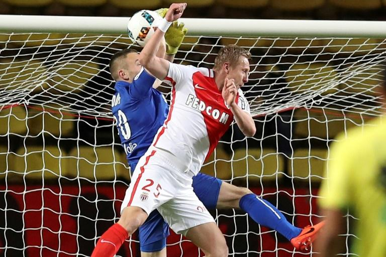 "Monaco's defender Kamil Glik (R) vies with Nantes' goalkeeper Maxime Dupe during the French L1 football match Monaco (ASM) versus Nantes (FCN) on March 5, 2017 at the ""Louis II Stadium"" in Monaco"