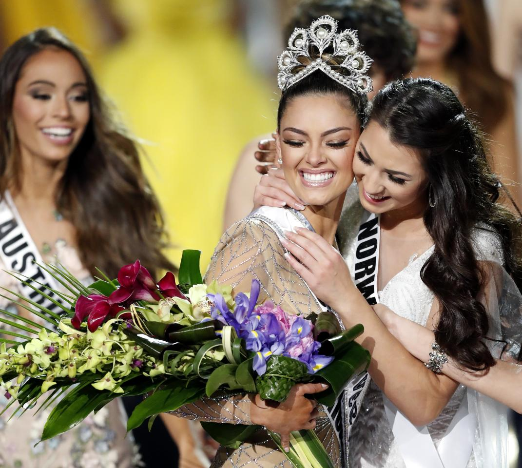 <p>-FOTODELDIA- epa06353207 Miss South Africa Demi-Leigh Nel-Peters (C) is congratulated after being named 2017 Miss Universe following the completion of the pageant at The Axis at the Planet Hollywood Hotel and Casino in Las Vegas, Nevada, USA, 26 November 2017. EFE/PAUL BUCK </p>