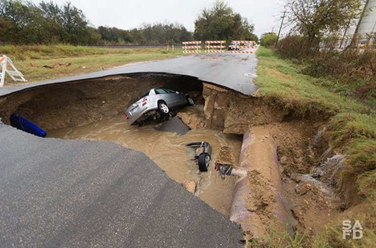 The sinkhole in San Antonio, Texas (Credit Time/SAFD)