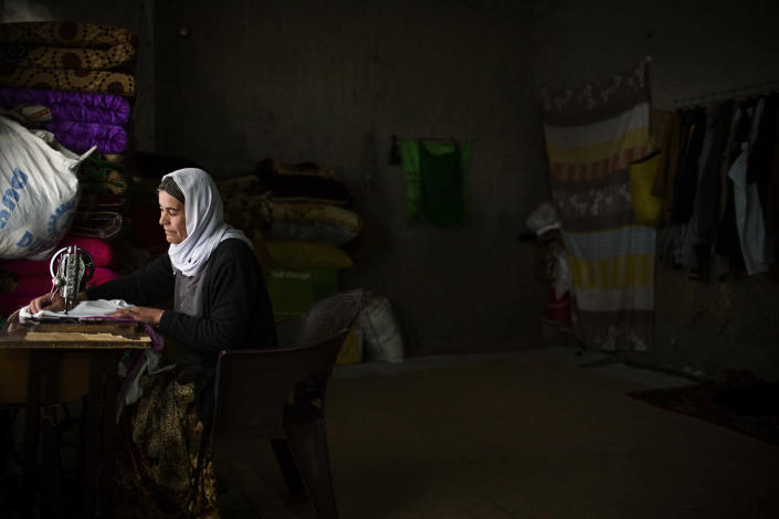 <p>Hadu weaves at her unfinished home on the outskirts Dohuk on April 6, 2016. She is the wife of sheij Murad Pishi Rashu. Her son died of dehydration in the road while they were running away from the ISIS's terror. Iraq. (Photograph by Diego Ibarra Sanchez / MeMo) </p>