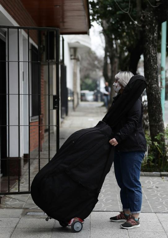 A musician from the Latin Vox Machine orchestra arrives at a house in Buenos Aires to begin rehearsing for an original piece the group composed