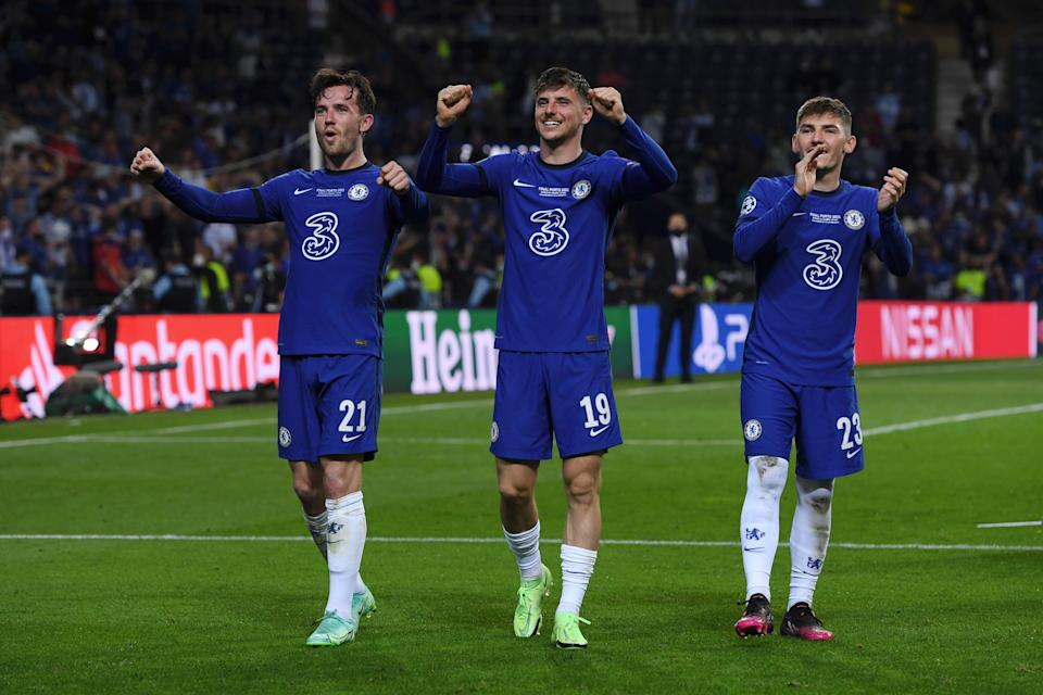 PORTO, PORTUGAL - MAY 29: (L - R) Ben Chilwell, Mason Mount and Billy Gilmour of Chelsea celebrate winning the Champions League following the UEFA Champions League Final between Manchester City and Chelsea FC at Estadio do Dragao on May 29, 2021 in Porto, Portugal. (Photo by Alex Caparros - UEFA/UEFA via Getty Images)