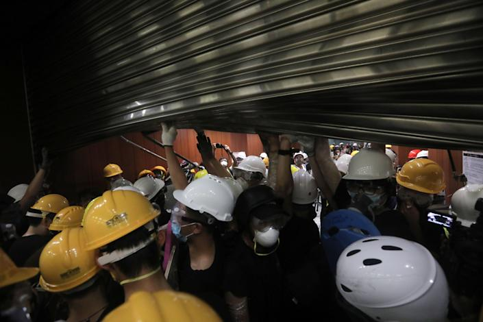 Protesters storm into the government headquarters in Hong Kong on July 1, 2019. (Photo: Vivek Prakash/AFP/Getty Images)