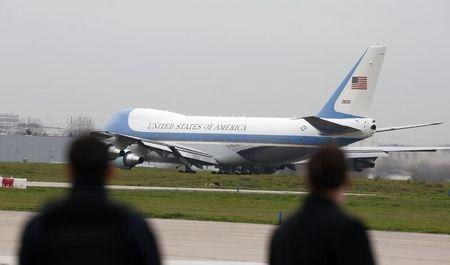 Security forces look at Air Force One as U.S. President Barack Obama flies from Orly airport near Paris, France, December 1, 2015. REUTERS/Eric Gaillard