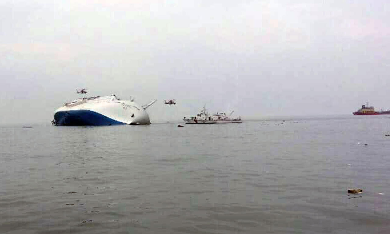 A South Korean passenger ship (L) that has been sinking is seen at the sea off Jindo April 16, 2014. A passenger ferry carrying about 470 people was listing badly off South Korea's southwest coast and had sent a distress signal, a Korean coast guard official said on Wednesday, and a rescue mission was underway. REUTERS/Yonhap (SOUTH KOREA - Tags: DISASTER MARITIME) ATTENTION EDITORS - THIS IMAGE WAS PROVIDED BY A THIRD PARTY. FOR EDITORIAL USE ONLY. NOT FOR SALE FOR MARKETING OR ADVERTISING CAMPAIGNS. THIS PICTURE IS DISTRIBUTED EXACTLY AS RECEIVED BY REUTERS, AS A SERVICE TO CLIENTS. NO SALES. NO ARCHIVES. SOUTH KOREA OUT. NO COMMERCIAL OR EDITORIAL SALES IN SOUTH KOREA. BEST QUALITY AVAILABLE