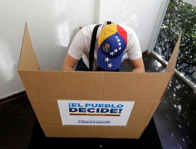 <p>A person votes during an unofficial plebiscite against Venezuela's President Nicolas Maduro's government, in Sao Paulo, Brazil July 16, 2017. (Paulo Whitaker/Reuters) </p>