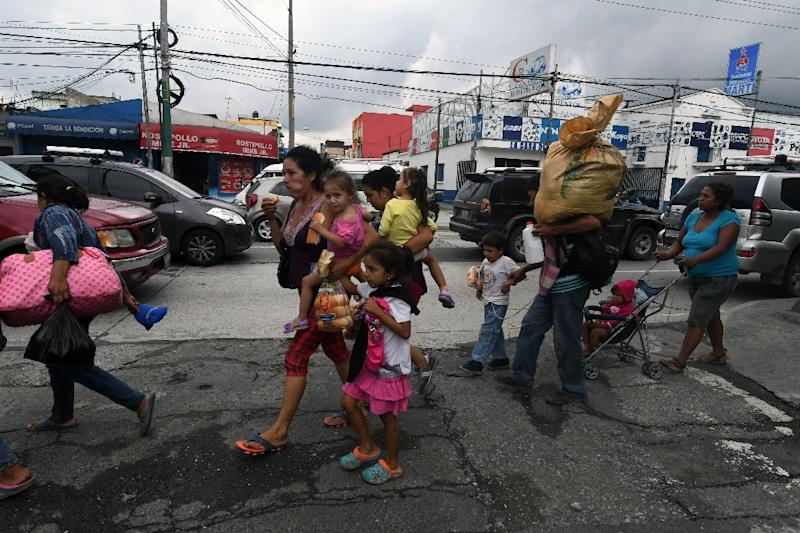 Migrant caravan masses on Guatemala-Mexico border awaiting confrontation with Mexican police