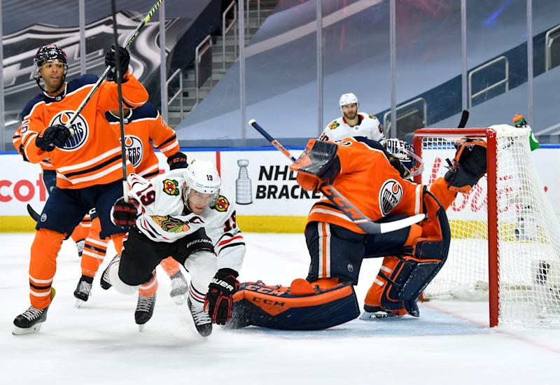 EDMONTON, ALBERTA - AUGUST 01: Jonathan Toews #19 of the Chicago Blackhawks scores a goal on goaltender Mike Smith #41 of the Edmonton Oilers during the first period of Game One of the Western Conference Qualification Round against the Edmonton Oilers at Rogers Place on August 01, 2020 in Edmonton, Alberta. (Photo by Andy Devlin/NHLI via Getty Images)