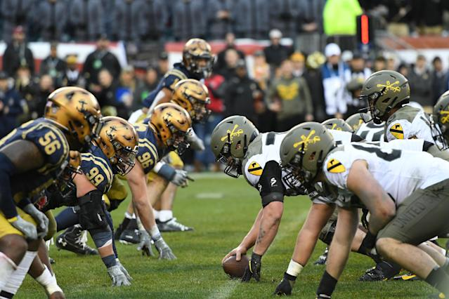 """Army Black Knights face off with the <a class=""""link rapid-noclick-resp"""" href=""""/ncaaw/teams/navy/"""" data-ylk=""""slk:Navy Midshipmen"""">Navy Midshipmen</a> during the Army-Navy game on Dec. 14, 2019 at Lincoln Financial Field in Philadelphia. (Andy Lewis/Icon Sportswire via Getty Images)"""