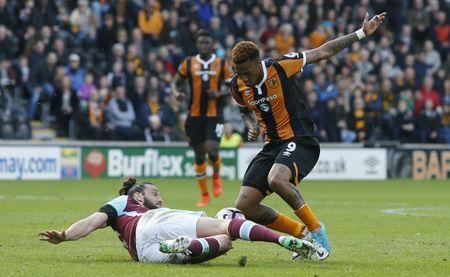 Britain Soccer Football - Hull City v West Ham United - Premier League - The Kingston Communications Stadium - 1/4/17 Hull City's Abel Hernandez in action with West Ham United's Andy Carroll Action Images via Reuters / Ed Sykes Livepic