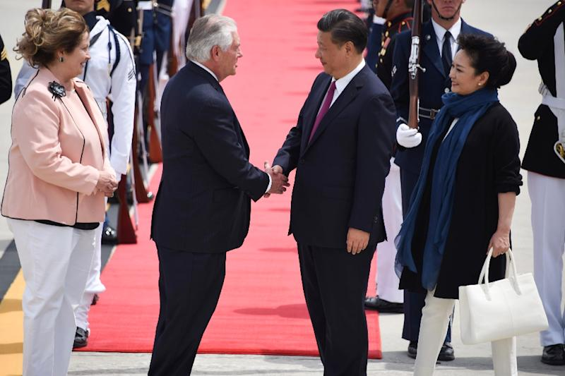 US Secretary of State Rex Tillerson (2nd L) and his wife Renda St. Clair (L) greet the President of the People's Republic of China Xi Jinping (2nd R)and his wife Peng Liyuan (R) as they arrive to Palm Beach, Florida Thursday, April 6, 2017 (AFP Photo/Michele Eve Sandberg)