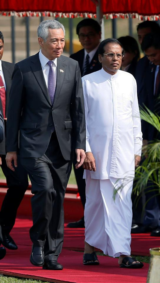 Singapore Prime Minister Lee Hsien Loong (L) arrives with Sri Lankan President Maithripala Sirisena in Colombo, Sri Lanka January 23, 2018. REUTERS/Dinuka Liyanawatte