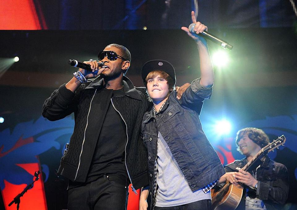 Bieber performing with Usher in 2009