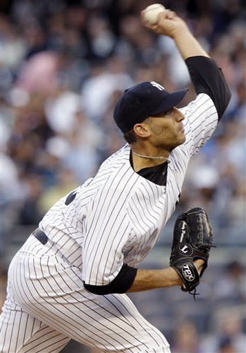 Pettitte leads Yanks over Reds 4-0