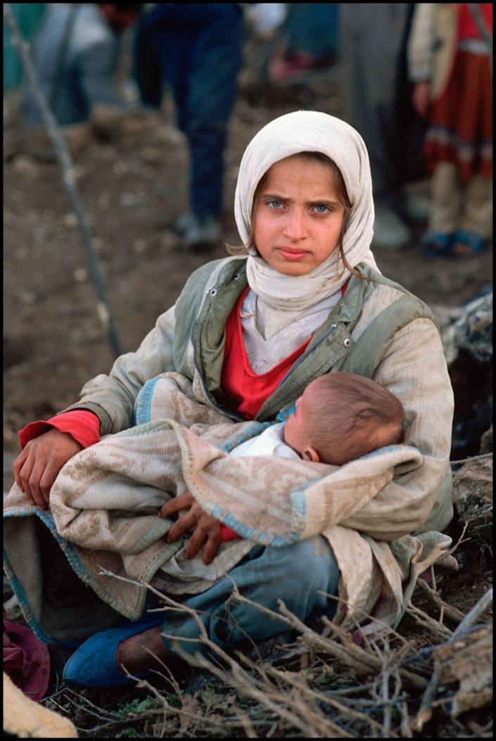 Kurdish refugees from the Iraq War, southern Turkey, 1991. (Photograph by Peter Turnley, Bates College Museum of Art; gift of John and Claudia McIntyre)