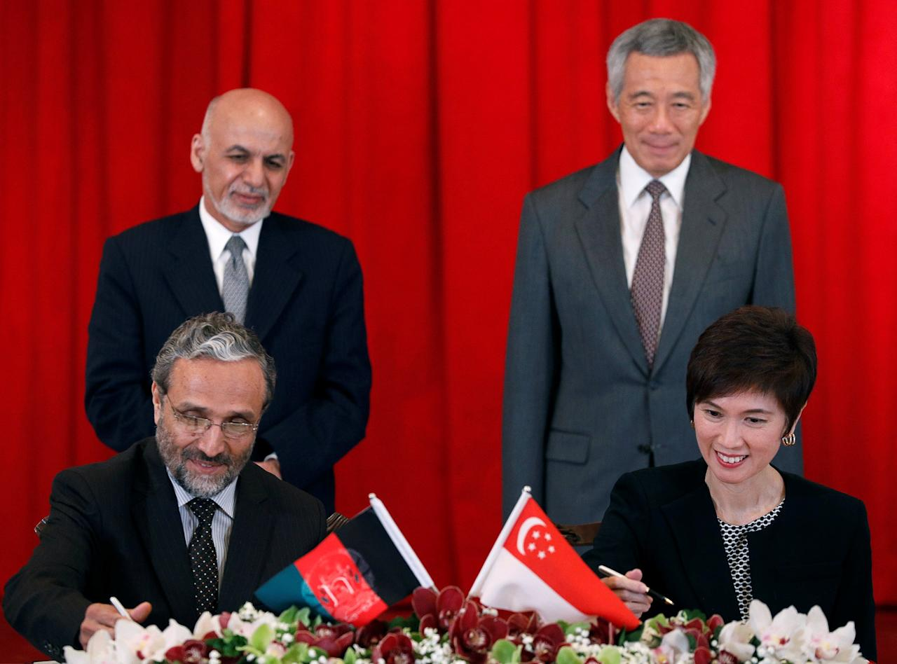 Afghanistan's President Ashraf Ghani and Singapore's Prime Minister Lee Hsien Loong witness a memorandum of understanding signing ceremony between Afghanistan's Minister of Economy, Abdul Sattar Murad and Singapore's Senior Minister of State, Josephine Teo at the Istana, in Singapore April 7, 2017. REUTERS/Edgar Su