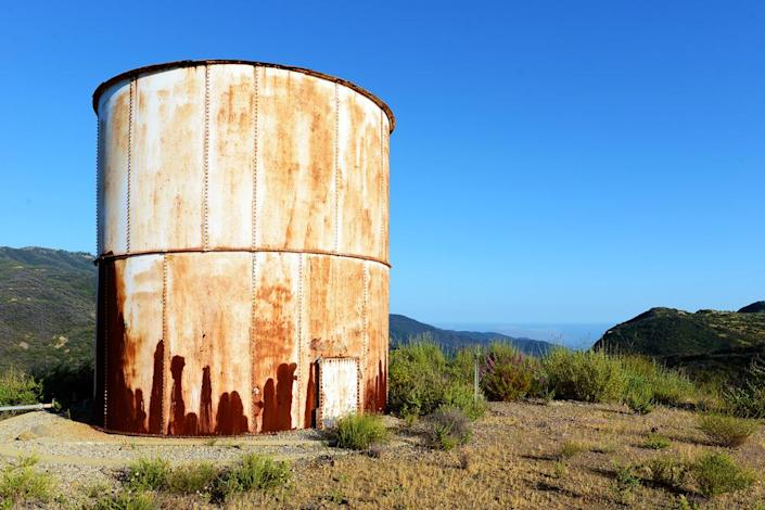 <p>The current owner thought about turning this old water tower into a unique guesthouse. It could still be done, Emamian says, but there are already five other living spaces on the property.<br></p><p><i>(Photo: Total Agent)</i><br></p>