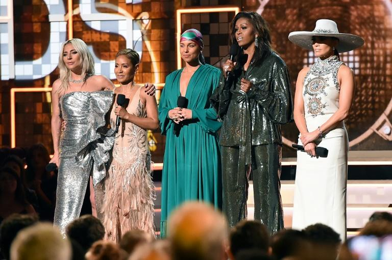 (A partir da esquerda)  Lady Gaga, Jada Pinkett Smith, Alicia Keys, Michelle Obama e Jennifer Lopez discursam no palco do Grammy