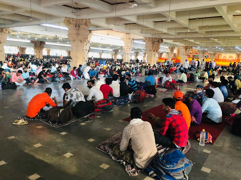 Migrant workers at a temporary shelter set up by the Delhi government in the Chhatarpur temple in New Delhi. (Photo: Betwa Sharma/HuffPost India)