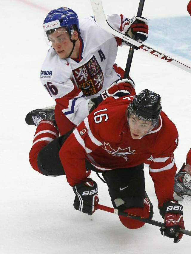 Czech Republic's Radek Faksa (L) checks Canada's Kerby Rychel during the second period of their IIHF World Junior Championship ice hockey game in Malmo, Sweden, December 28, 2013. REUTERS/Alexander Demianchuk (SWEDEN - Tags: SPORT ICE HOCKEY)