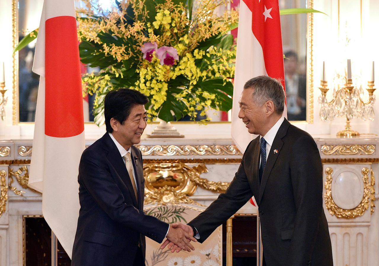 Singapore's Prime Minister Lee Hsien Loong (R) shakes hands with his Japanese counterpart Shinzo Abe before their meeting at the state guest house in Tokyo, Japan, September, 28 2016.  REUTERS/Franck Robichon/Pool