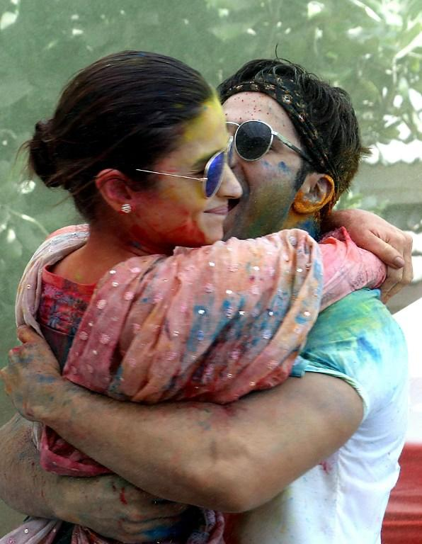 <p>Indian Bollywood actors Varun Dhawan (R) and Alia Bhatt take part in celebrations to mark the Hindu festival of Holi in Mumbai on March 13, 2017. / AFP PHOTO / – </p>