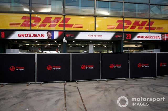 """Alles dicht in der Boxengasse <span class=""""copyright"""">Andy Hone / Motorsport Images</span>"""