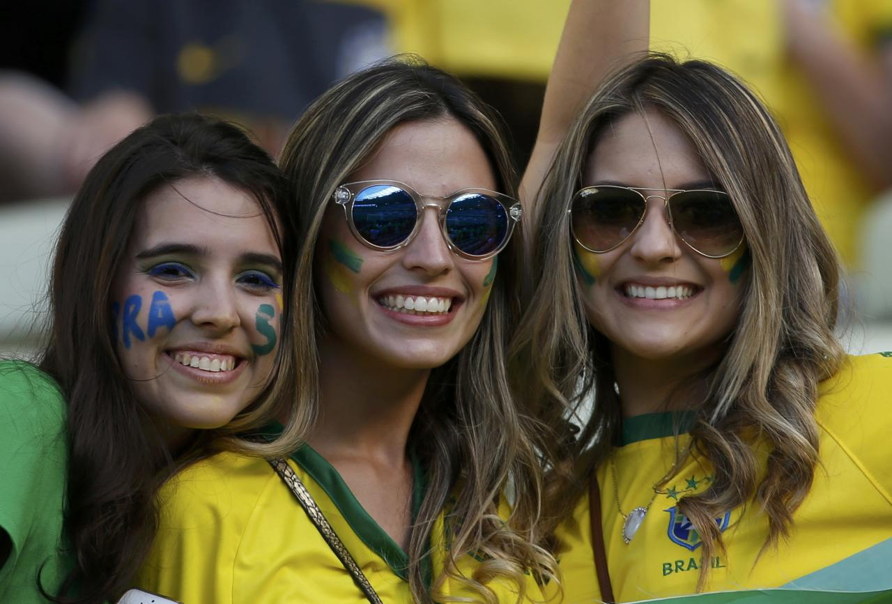 Fans of Brazil wait for the start of their 2014 World Cup quarter-finals against Colombia at the Castelao arena in Fortaleza July 4, 2014. REUTERS/Jorge Silva (BRAZIL - Tags: SOCCER SPORT WORLD CUP)