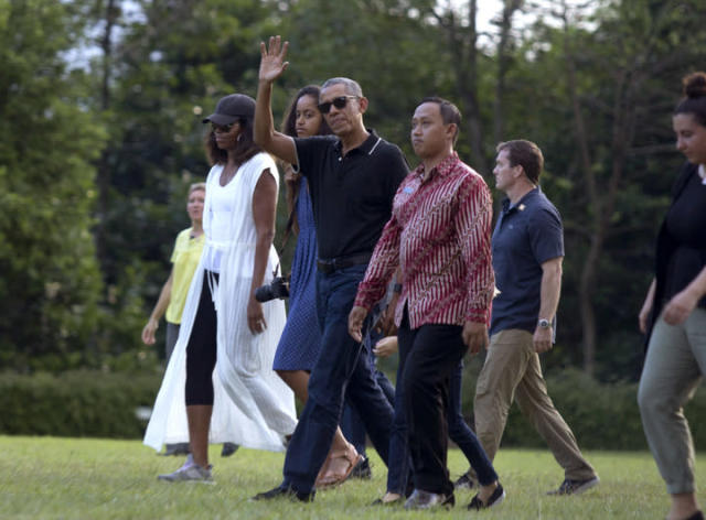 Former President Barack Obama with wife Michelle and daughter Malia in Indonesia. (Photo: AP Photo/Slamet Riyadi)