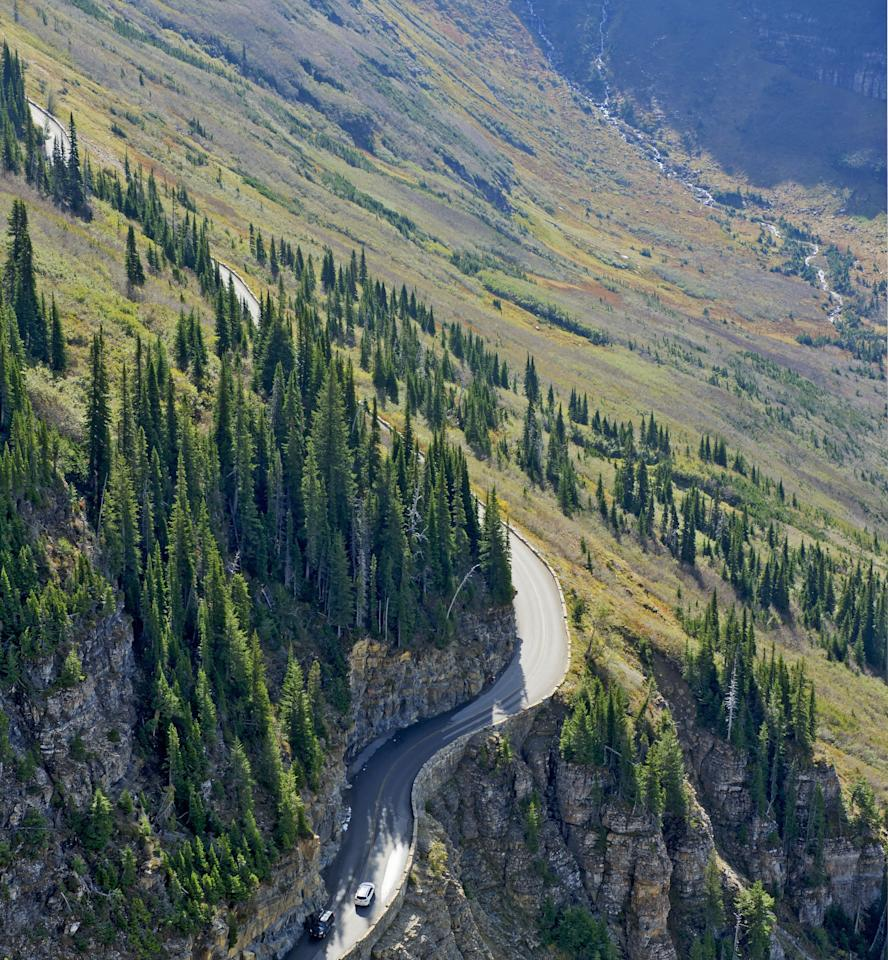"In the 1920s, during an era when the government was trying to get more Americans to visit the national parks, Montana's <strong>Going-to-the-Sun Road</strong> was constructed. The 50-mile drive takes drivers across Montana's splendid Glacier National Park."" width=""467″ height=""505″/><figcaption>اسم جاده در آمریکا به سمت خورشید برویم است ، زیبا نیست؟</figcaption></figure>    <figure class="