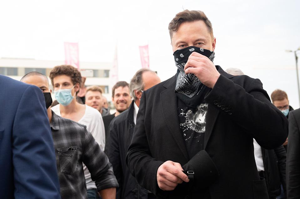 01 September 2020, Baden-Wuerttemberg, Tübingen: Technology entrepreneur Elon Musk (r) walks from one building to the next during his visit to the biotech company Curevac. Photo: Sebastian Gollnow/dpa (Photo by Sebastian Gollnow/picture alliance via Getty Images)